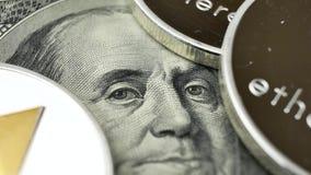 Ethereumeth muntstukken die op rekeningen van 100 dollars roteren stock videobeelden