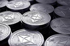 Ethereummuntstukken ETH in onscherpe close-up Nieuwe cryptocurrency en modern bankwezenconcept vector illustratie