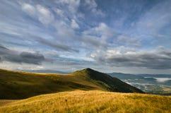 Etherische grasrijke bergen Stock Afbeeldingen