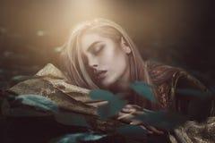 Etherische mooie vrouw stock foto's