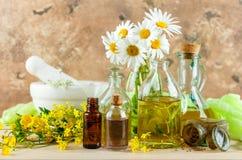 Etherische oliën en wilde bloemen Stock Foto's