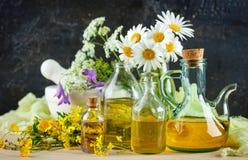 Etherische oliën en wilde bloemen Royalty-vrije Stock Fotografie