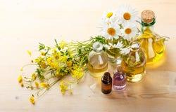 Etherische oliën en wilde bloemen Royalty-vrije Stock Afbeelding