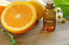 Etherische oliën met citrusvruchten Stock Foto's
