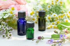 Etherische oliën met kruidenbloemen Royalty-vrije Stock Fotografie
