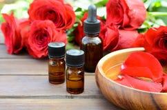 Etherische oliën met rode rozen Royalty-vrije Stock Fotografie
