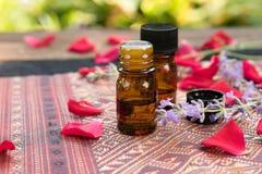 Etherische oliën met rozen en lavendel Stock Fotografie