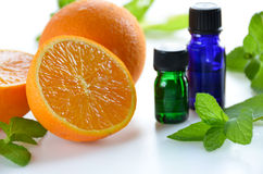 Etherische oliën met sinaasappel en munt Stock Foto's