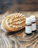 etherische oliën voor lichaamshaarverzorging, borstel voor lichaam, op houten achtergrond stock foto