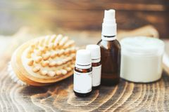 etherische oliën voor lichaamshaarverzorging, borstel voor lichaam, op houten achtergrond stock afbeelding