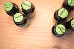 etherische oliënflessen met etiketten Stock Afbeeldingen