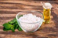 Etherische olie en zout met munt voor kuuroord Stock Fotografie