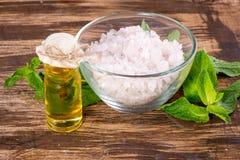 Etherische olie en zout met munt voor kuuroord Stock Afbeeldingen