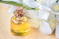 Etherische olie in glasfles met verse jasmijnbloemen, schoonheidsbehandeling De Selectieve nadruk van het kuuroordconcept Geurige stock foto's