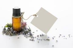 Etherische olie, lege markeringen en lavendelbloemen Stock Foto's