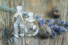Etherische olie met lavendelbloemen en notemuskaat stock fotografie
