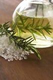 Etherische olie met rozemarijn en zout Stock Fotografie
