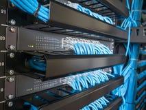 Ethernet-Netzwerk Schalter und Netzdraht Lizenzfreie Stockfotografie