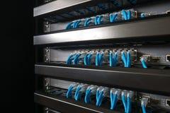 Ethernet-Netzwerk Schalter und Netzdraht Stockbilder