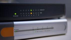 Etherneta router z mrugnięć światłami związani dane kable zbiory
