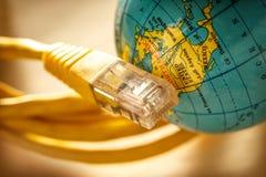 Ethernetkabel och jordklot Arkivfoto
