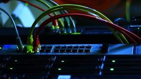Ethernetschakelaar met kabels stock videobeelden