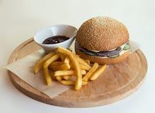 Ethicall hief organisch rundvlees, hamburger met de gebraden gerechten van de handbesnoeiing, landbouwbedrijf aan lijst op Stock Afbeelding