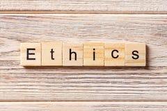 Ethik fasst geschrieben auf hölzernen Block ab Ethiktext auf Tabelle, Konzept Stockbild