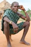 ethiopia hamer mężczyzna blisko turmi Fotografia Royalty Free
