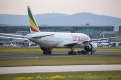 Ethiopian Airlines flygplan på frankfurterkorvflygplatsen Tyskland Royaltyfri Foto