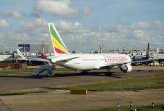 Ethiopian Airlines hyvlar på den Heathrow flygplatsen Royaltyfri Fotografi