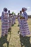 ethiopian män som utför unga kvinnor Arkivfoton