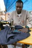 Ethiopische kleermaker op een markt Royalty-vrije Stock Foto