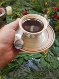 Ethiopische koffie in een kop van een verkoper van de straatkoffie royalty-vrije stock afbeeldingen