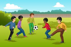 Ethnie multi d'enfants jouant l'illustration du football illustration stock