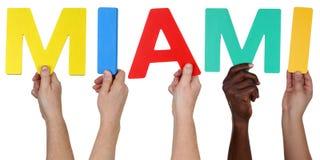 Ethnie multi de personnes tenant le mot Miami Images libres de droits