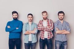 Ethnie, multikulturelle Verschiedenartigkeit Vier ernste raue Männer sind s lizenzfreie stockfotografie