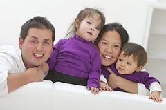 Ethnisch gemischte Familie, die Spaß hat Lizenzfreie Stockbilder