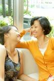 Ethnische Familie des glücklichen Gespräches Stockfotos