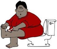 Ethnische Frau, die auf einer Toilette sitzt und ihre Beine rasiert Lizenzfreies Stockfoto