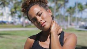 Ethnische Frau, die Hals ausdehnt stock video footage