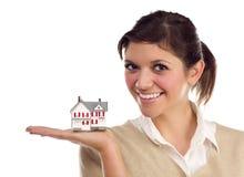 Ethnische Frau mit kleinem Haus auf Weiß Stockbilder
