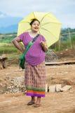 Ethnische Frau Montages wirft für das Foto nahe der Holzbrücke auf Stockbild