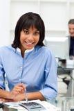 Ethnische Geschäftsfrau, die einen Rechner verwendet Lizenzfreie Stockfotografie
