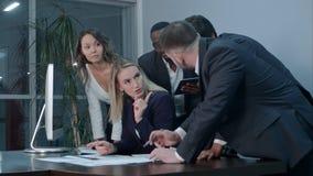 Ethnische Geschäftsleute, die im Büro, Schreibarbeit tuend arbeiten Lizenzfreies Stockfoto