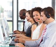 Ethnische Geschäftsfrau, die in einem Kundenkontaktcenter arbeitet Stockfotos