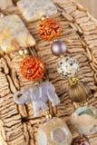 Ethnische Halskette auf hölzernem Hintergrund Stockbild