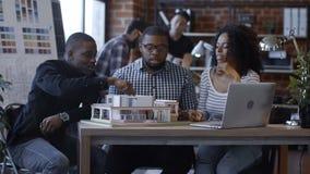 Ethnische Kollegen, die futuristische Unterkunft schaffen stock video footage