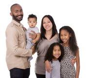 Ethnische zufällige Familie Lizenzfreie Stockbilder