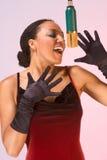 Ethnischer Divafrauensänger im roten Konzertkleid Lizenzfreies Stockfoto